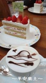 ふぞろいいちごのショートケーキとふわふわミルク入りコーヒー。