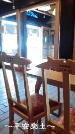 カフェの椅子。