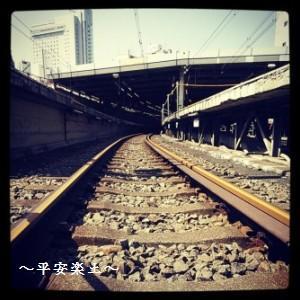 線路に降りて渋谷駅のホームを見る。
