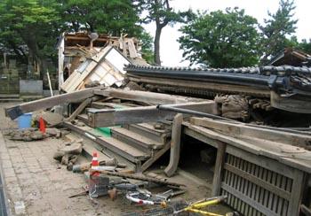 地震で倒壊した新潟県柏崎市内の寺院=16日午前11時ごろ(新潟日報社提供)
