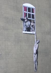 バスルームの窓からぶら下がる裸の男2006年6月