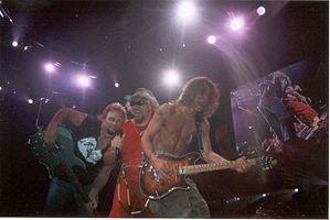 ヴァン・ヘイレン(左から)マイケル・アンソニー、サミー・ヘイガー、エディ・ヴァン・ヘイレン(2004年)<br />