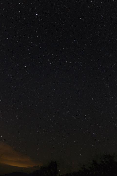 デネブカイトス付近の流星(合成1)