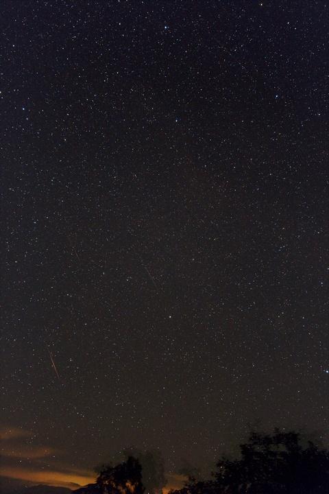 デネブカイトス付近の流星(合成2)