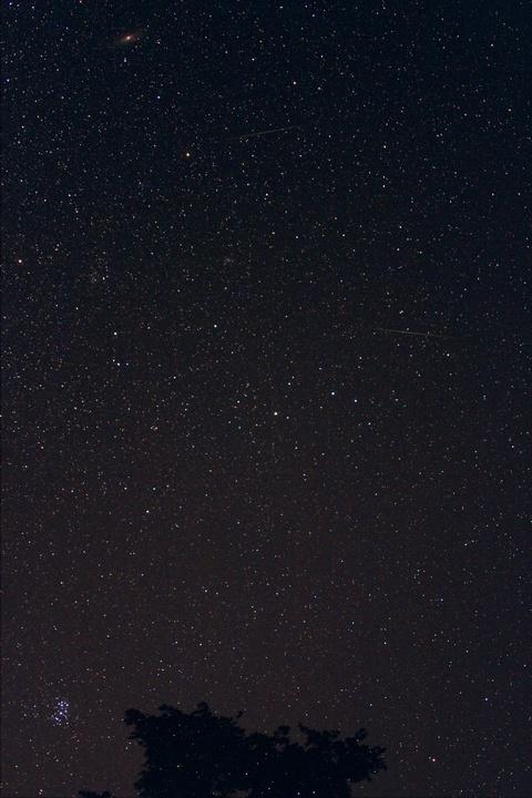 おひつじ座付近を流れる流星(合成)