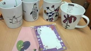 封筒とマグカップ