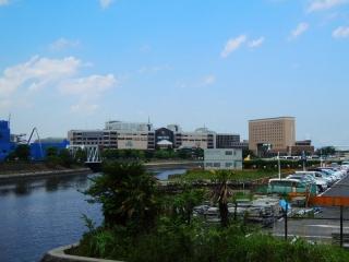 弁天橋から撮影。運河はきれいに青く写っているがブルーシートに覆われレ田建物とバラックが大きく写っている