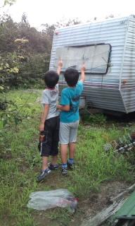蝶を救う息子たち