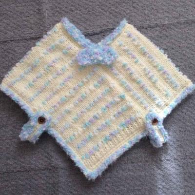 アートヤーンをところどころに入れて編んだ女の子用 ポンチョ