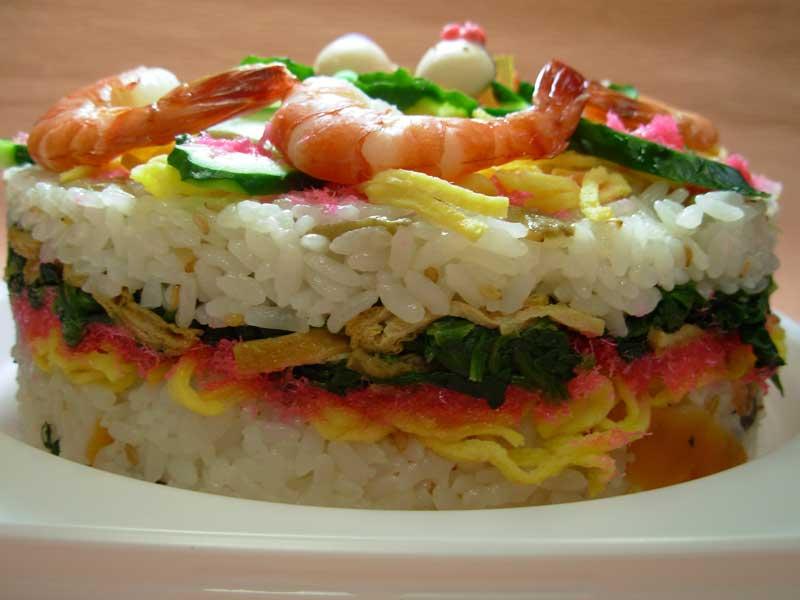 寿司飯をケーキの型に入れて、ちらし寿司のネタをトッピングもちろんご飯の間にもトッピング錦糸卵、ほうれん草のおひたし、刻み油揚げ、桜でんぶをご飯でサンド。