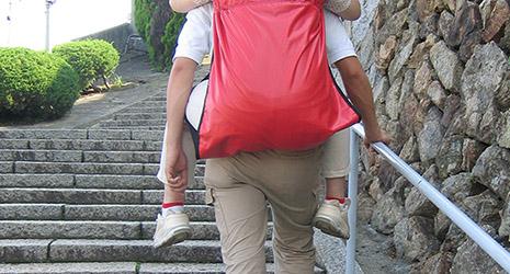 階段で大人をおんぶ