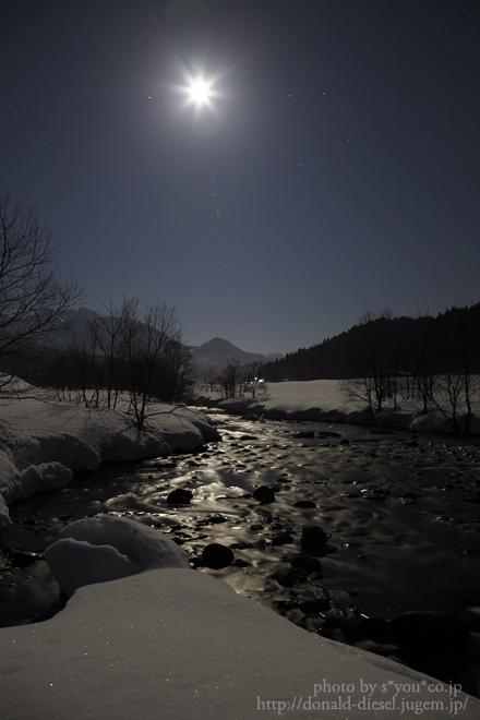 月下の流れ