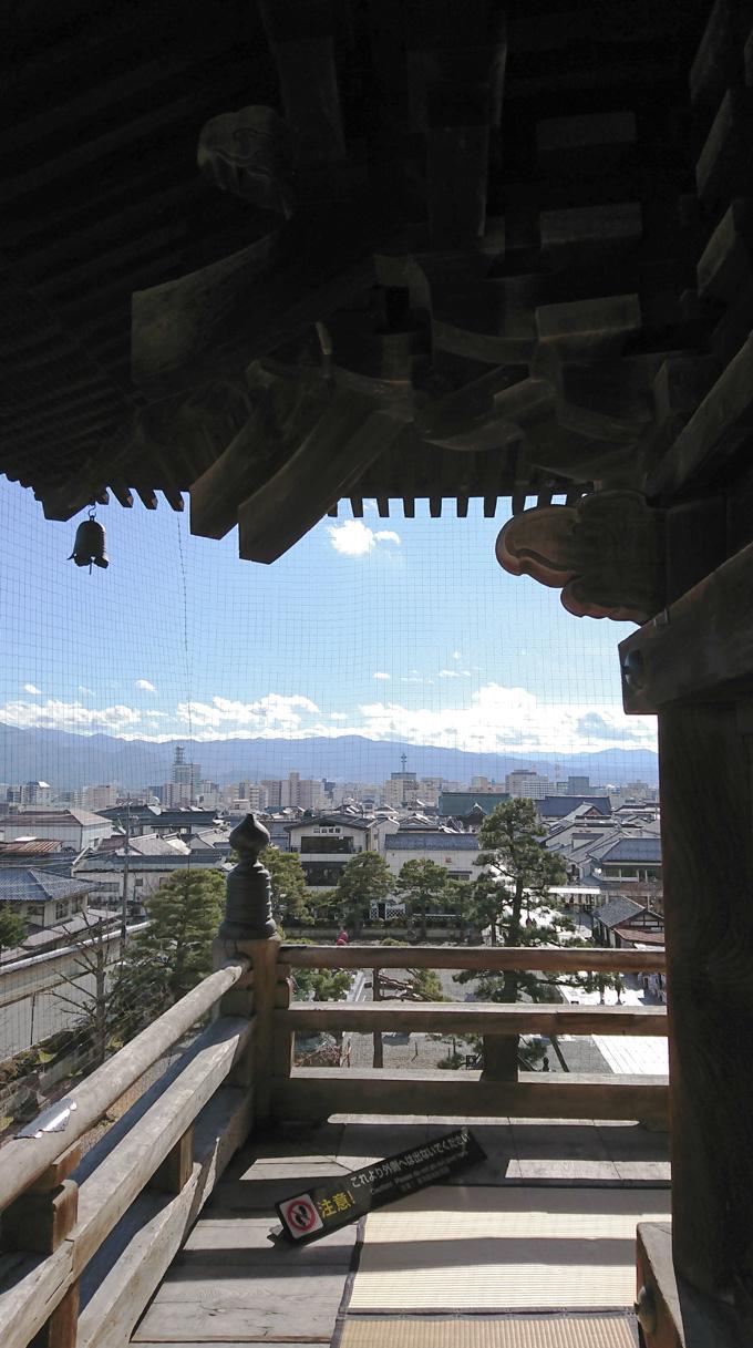 山門にのぼる1.jpg