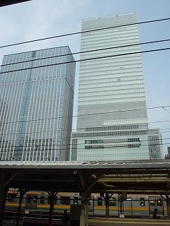東京駅ホームから見たグラントウキョウノースタワー