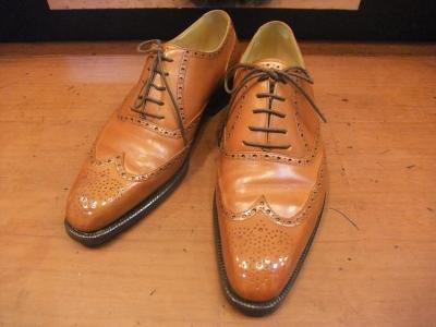 工房を構えるビスポークブランドです。1996年創業と、歴史は浅いですが個性豊かなデザインと確かな技術で人気があります。 この逸品はVASSが手掛ける既製靴です。