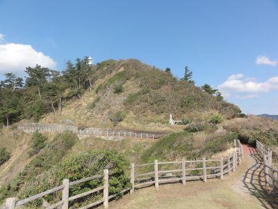 豆酘崎灯台を見上げる