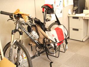 デスクの後ろに移動した自転車