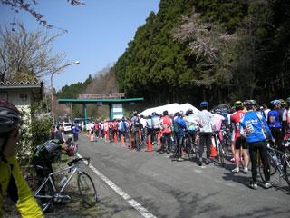 スタート地点に並ぶ大勢の参加者