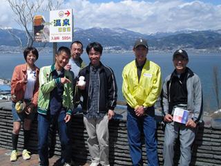 諏訪湖をバックに記念撮影
