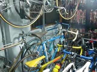 整然と並べられている自転車とトロフィー