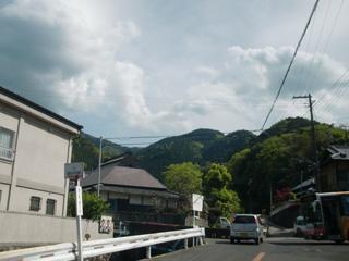 塔原バス停から和泉葛城山を望む