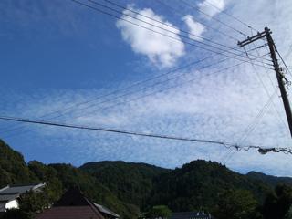 塔原バス停から見える空