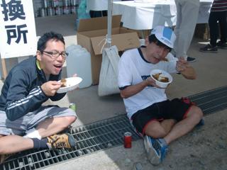 カレーを食すTK木さんと十三峠マニアさん