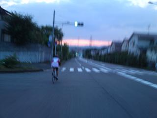 朝焼けに向かって走ります