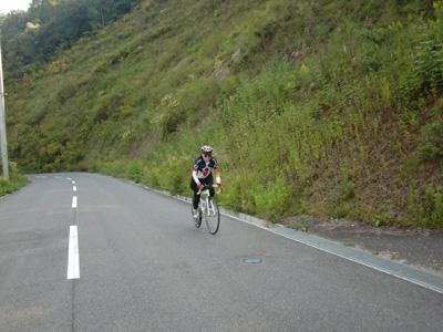 射撃場の坂を登るyoshimi