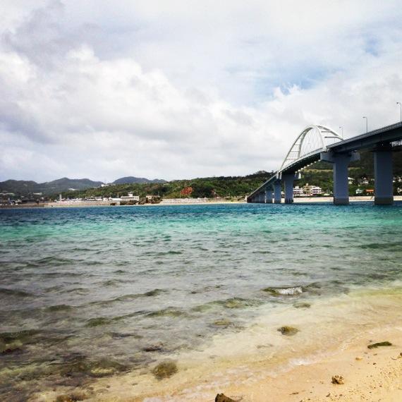 瀬底大橋とアンチ浜