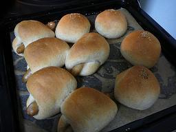 全粒粉入りソーセージパンと丸パン