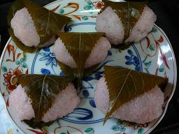 今度は陶器のお皿に乗せての桜餅