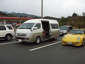 もちろん、右の黄色い車ね♪