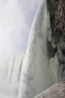 下から眺めたナイアガラ滝