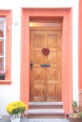 ドアとピンク