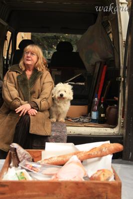 売ってる人と愛犬とお昼ごはん