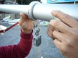 7)掲揚用ロープを矢車側の滑車に通します