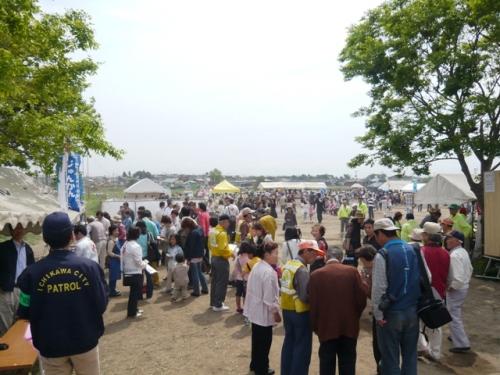 たくさんの人出のフェスティバルイベント会場