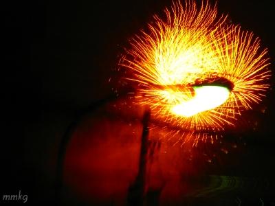 花火のはずが、街灯スパークみたいに…