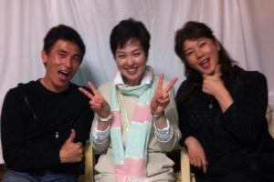 (右)刀根麻理子さん、(左)高橋光宏さん、(中央)私、太田万砂子