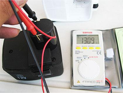 電動ドライバーのバッテリーの電圧を測ってみる