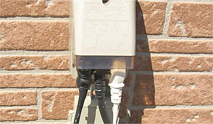 浄化槽ブロアーと自動販売機に電力を供給している屋外コンセントに、GTIからの電力を供給