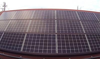 HUBSAN-H501S-ハブサン-トイドローン-で屋根のソーラーパネルをチェック