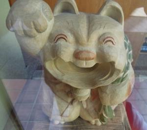 池田大仏堂の木彫りの招き猫