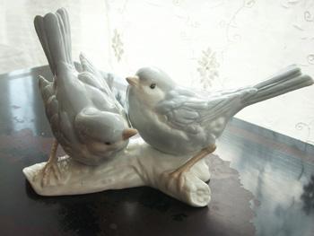 ブルーグレーの陶器の鳥
