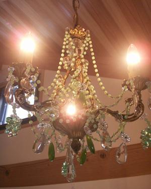 フランス製クリスタルのシャンデリア(点灯時)