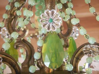 シャンデリアの柔らかな緑のクリスタルパーツ