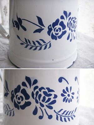 ホウロウのコーヒーポット(青い花のステンシル模様)