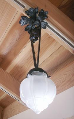 すりガラスとアイアンの吊り下げ型ランプ