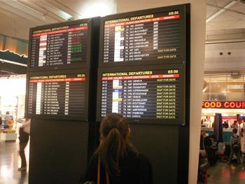 イスタンブールのアタチュルク国際空港 電光掲示板